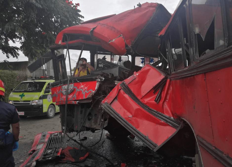 Dos buses chocaron en zona 13. (Foto: Jorge Sente/Nuestro Diario)