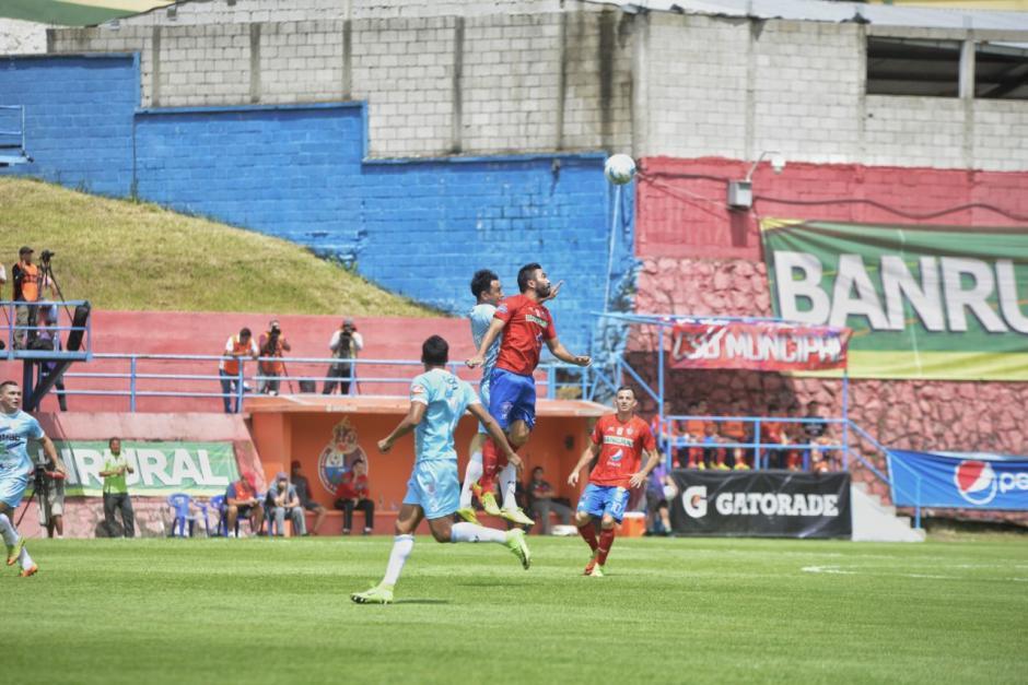 El partido fue disputado en la media cancha. (Foto: Wilder López/Soy502)