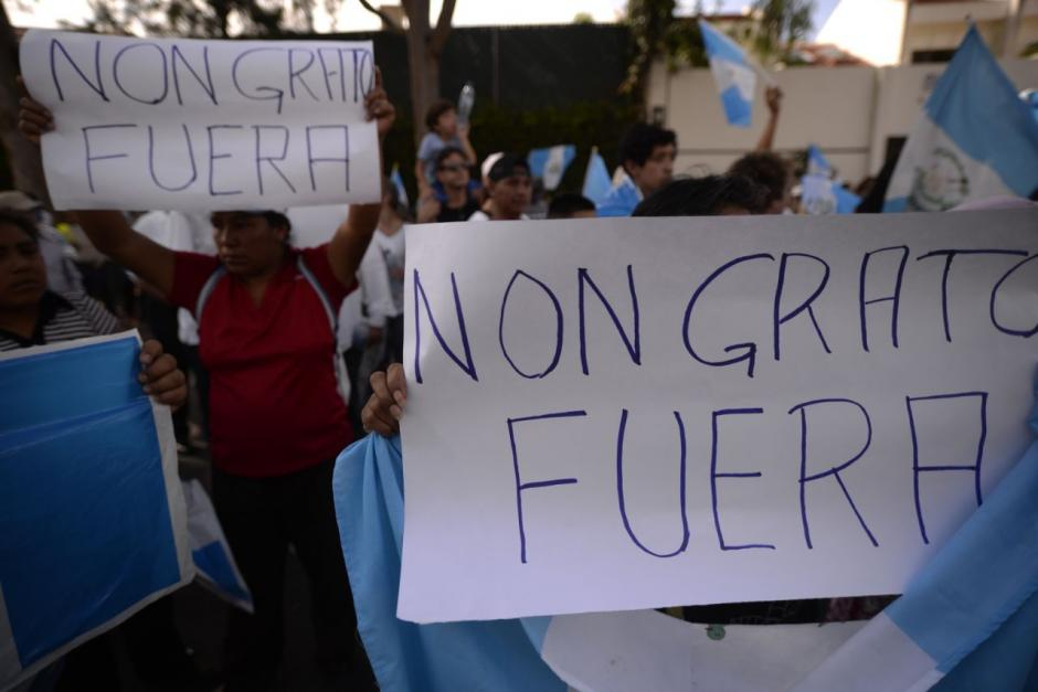 """El término """"non grato"""" era recurrente en las pancartas y en las consignas que gritaban los inconformes.  (Foto: Wilder López/Soy502)"""