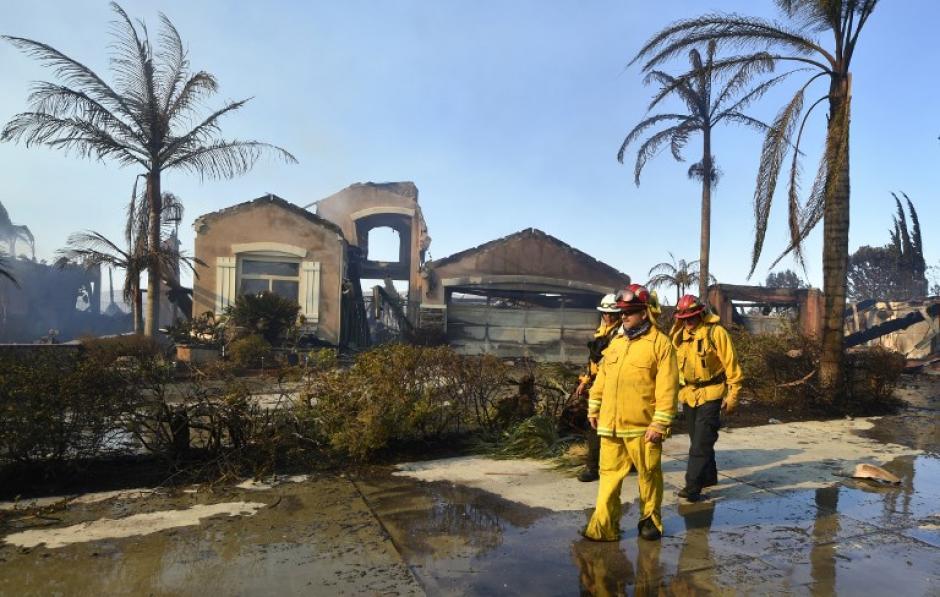 Bomberos intentan sofocar los incendios que se registran en una región de California.  (Foto: AFP)