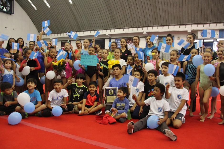 Vega recibió también el cariño de los niños de la Fedegimnasia. (Foto: Soy502)