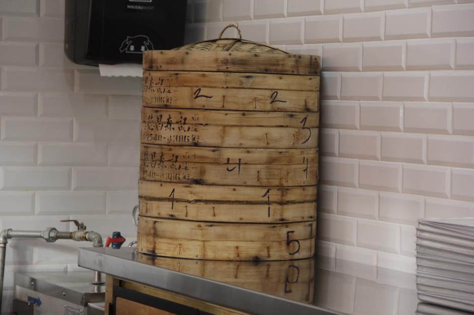 En este recipiente se terminan de cocinar al vapor antes de ser servidos. (Foto: Fredy Hernández/Soy502)