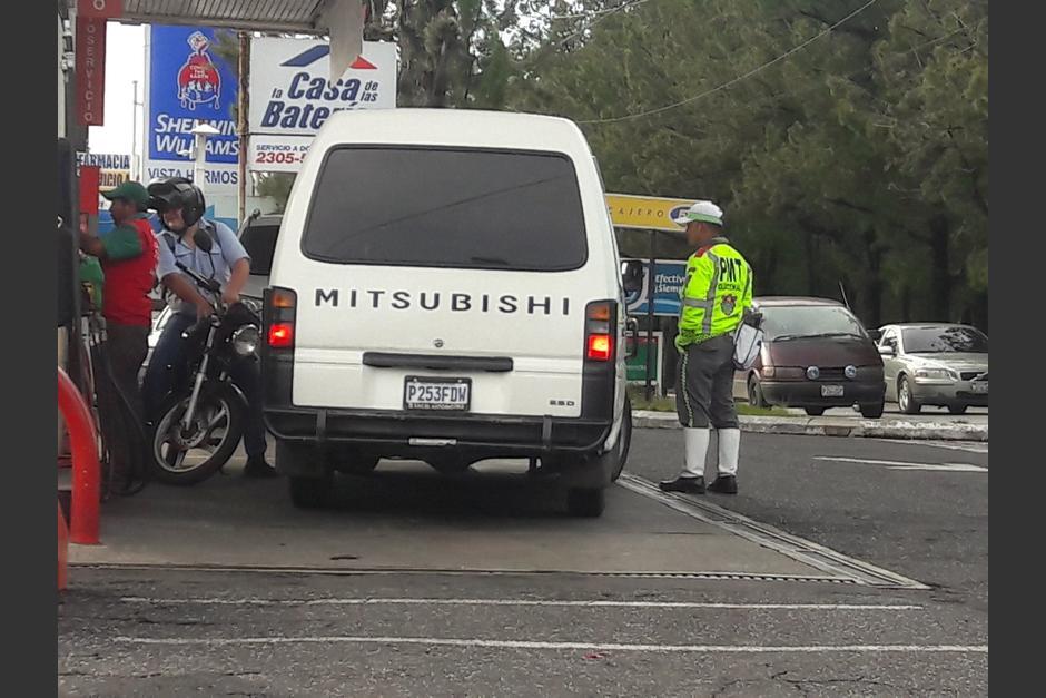 Una mujer enfrentó a hombres que se transportaban en un vehículo blanco, quienes momentos antes la acosaron. (Foto:@Soy_o_Estoy)