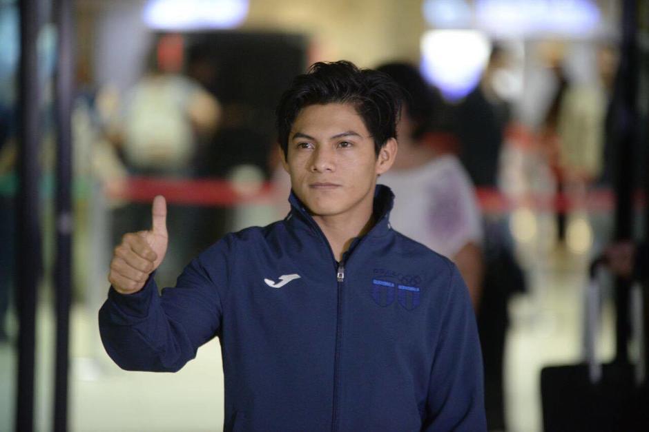 Jorge Vega levanta el pulgar en señal de aprobacion al ser recibido en el aeropuerto La Aurora. (Foto: Wilder López/Soy502)