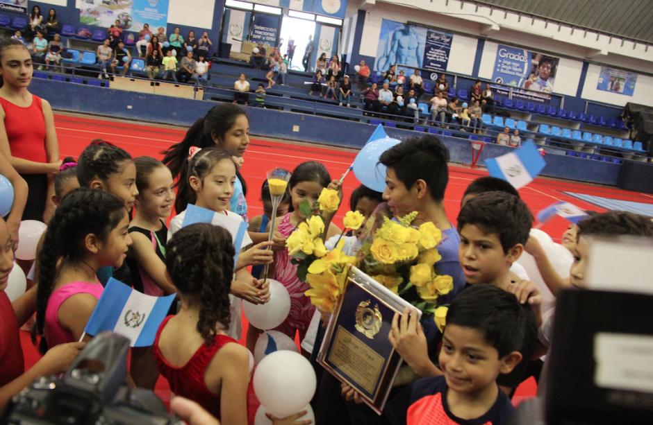 Abrazos y felicitaciones de los más pequeños para Jorge Vega, quinto lugar en el Mundial de Gimnasia. (Foto: Soy502)