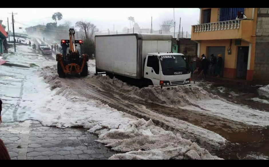 En las calles de Totonicapán se necesitó de maquinaria para retirar el hielo. (Foto: Facebook/MeteorologíaGT)