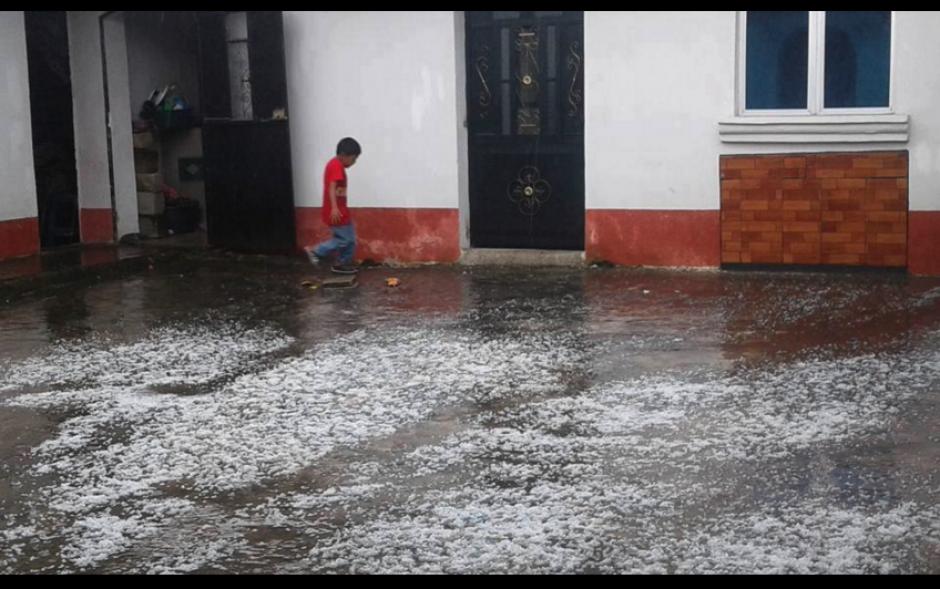 Los menores son los que más se divirtieron con el hielo. (Foto: Facebook/MeteorologíaGT)