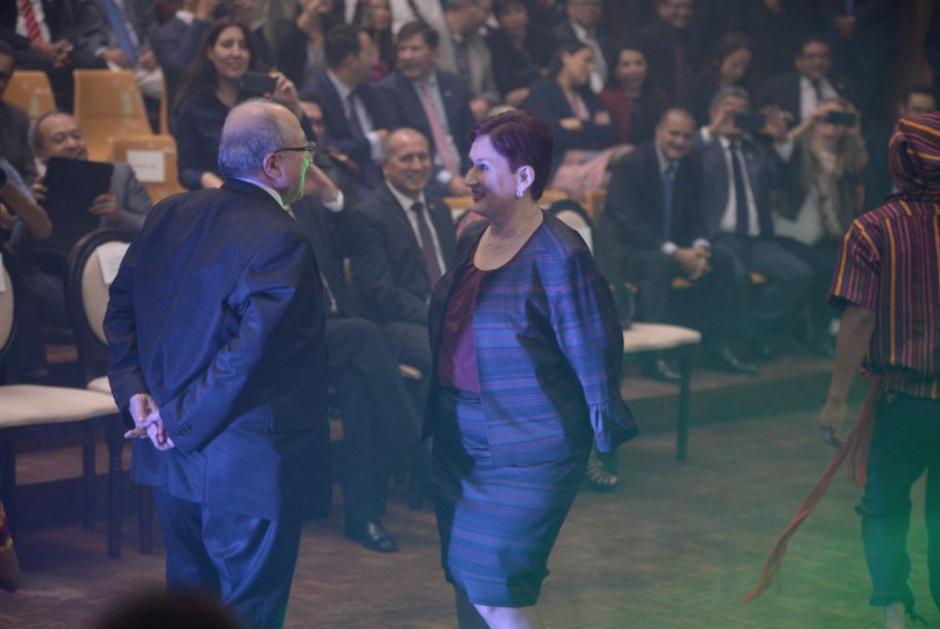 La Fiscal General bailó el son junto al Presidente de la CSJ. (Foto: Wilder López/Soy502)