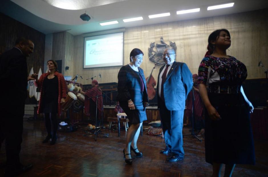 La Fiscal General bailó frente a los asistentes de la tarde cultural. (Foto: Wilder López/Soy502)