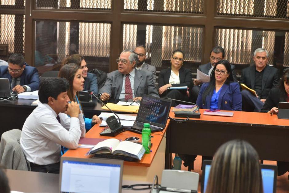 Roxana Baldetti y Otto Pérez Molina escuchan la defensa de Claudia Méndez Asencio. (Foto: Jesús Alfonso/Soy502).