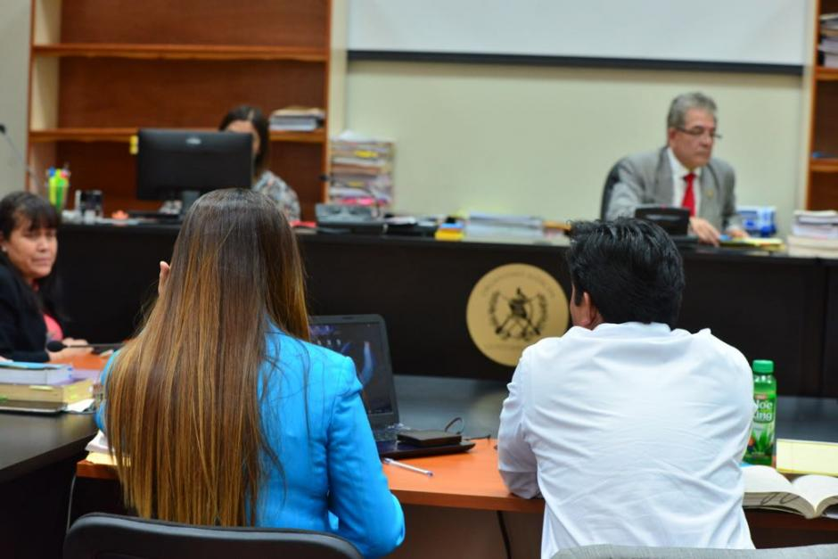 Claudia Méndez y su abogado Óscar Poroj, frente al juez Gálvez, rechazan la acusación del MP. (Foto: Jesús Alfonso/Soy502).