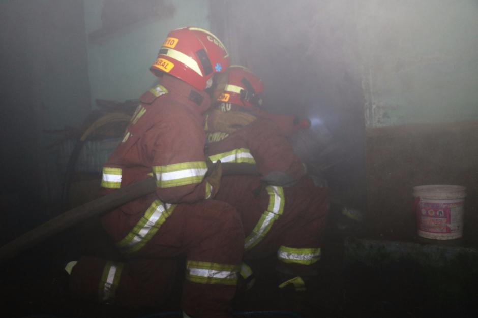 El fuego se inició en una habitación donde almacenaban plástico. (Foto: Bomberos Municipales)