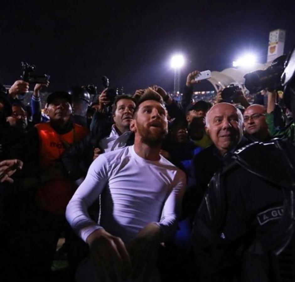 Messi regaló su camiseta y se tomó muchas selfies con los argentinos. (Foto: Messial100)