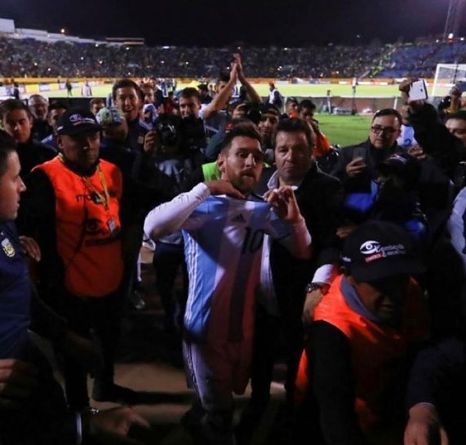 Messi se quitó la camiseta y la lanzó a los aficionados de Argentina. (Foto: Messial100)