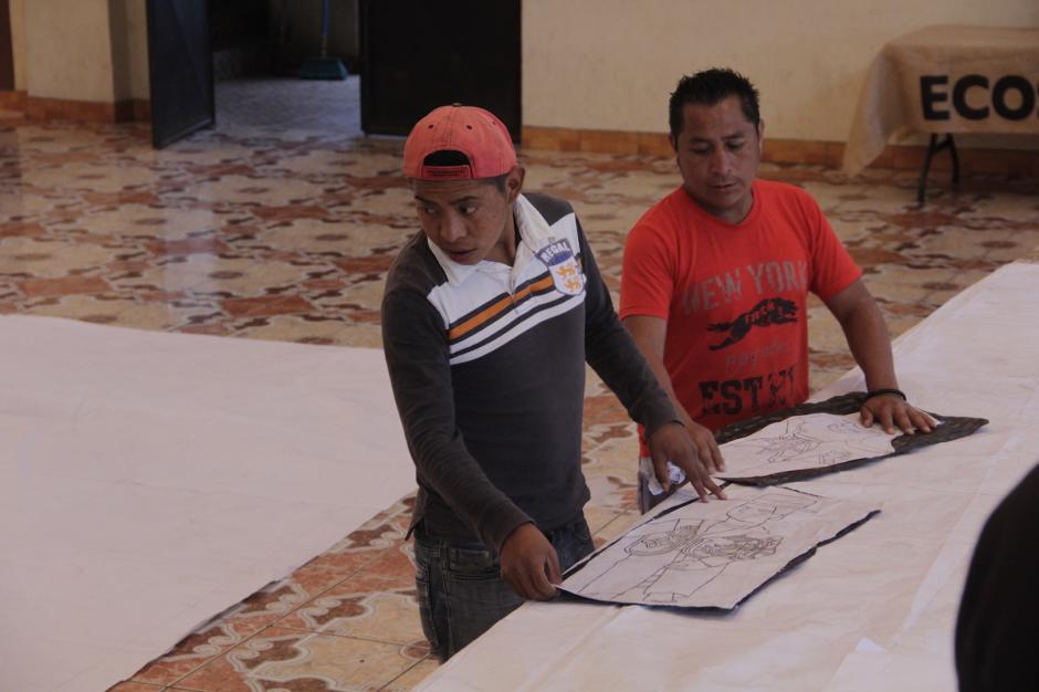 Los espacios municipales son los escenarios donde se elaboran los barriletes. (Foto: Fredy Hernández/Soy502)