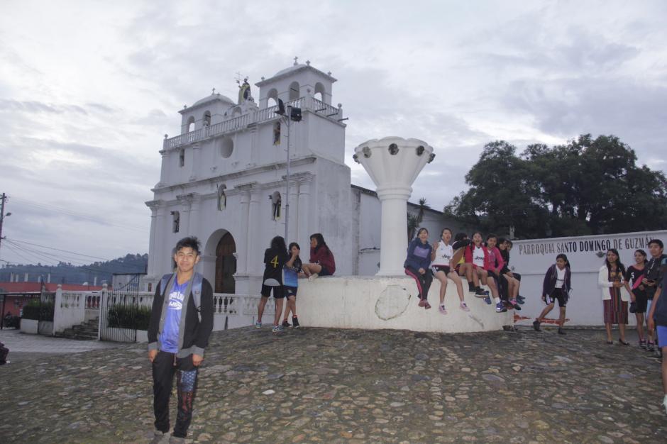Los jóvenes reciben con alegría a los visitantes. (Foto: Fredy Hernández/Soy502)