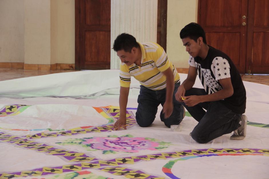 Los grupos llevan más de dos meses preparando los barriletes de exhibición. (Foto: Fredy Hernández/Soy502)