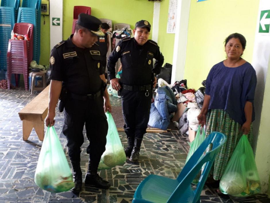 Elementos de una comisaría en Cobán compraron víveres para afectados. (Foto: PNC)