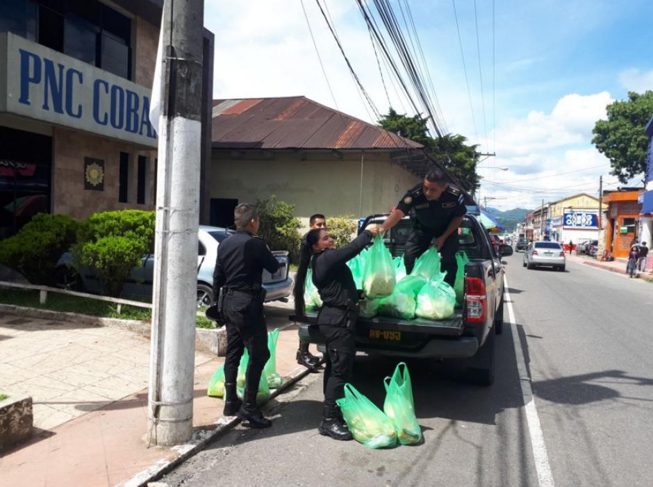 Los policías trasladaron los víveres a una comunidad en Alta Verapaz. (Foto: PNC)