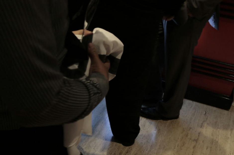 La manta fue escondida en una de las puertas de ingreso a la actividad.  (Foto: Alejandro Balán/Soy502)