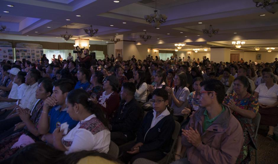 Personas de diferentes departamentos asistieron al evento organizado en el salón sur, del Edificio Europlaza. (Foto: Victor Xiloj/Soy502)