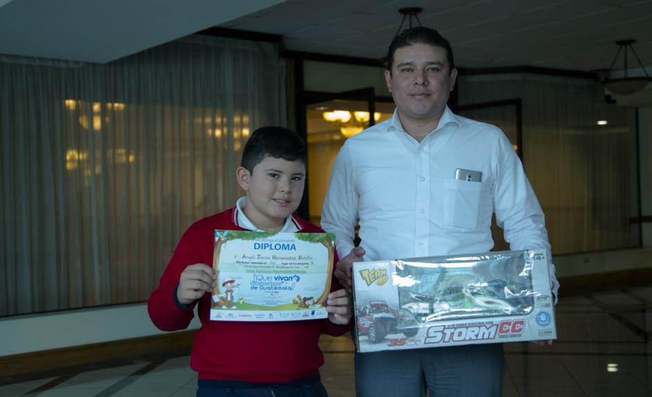 """Angel Javier Hernández Portillo fue uno de los ganadores y obtuvo el primer lugar en la categoría """"A"""" en el 7mo. Concurso Nacional del dibujo. (Foto: Victor Xiloj/Soy502)"""