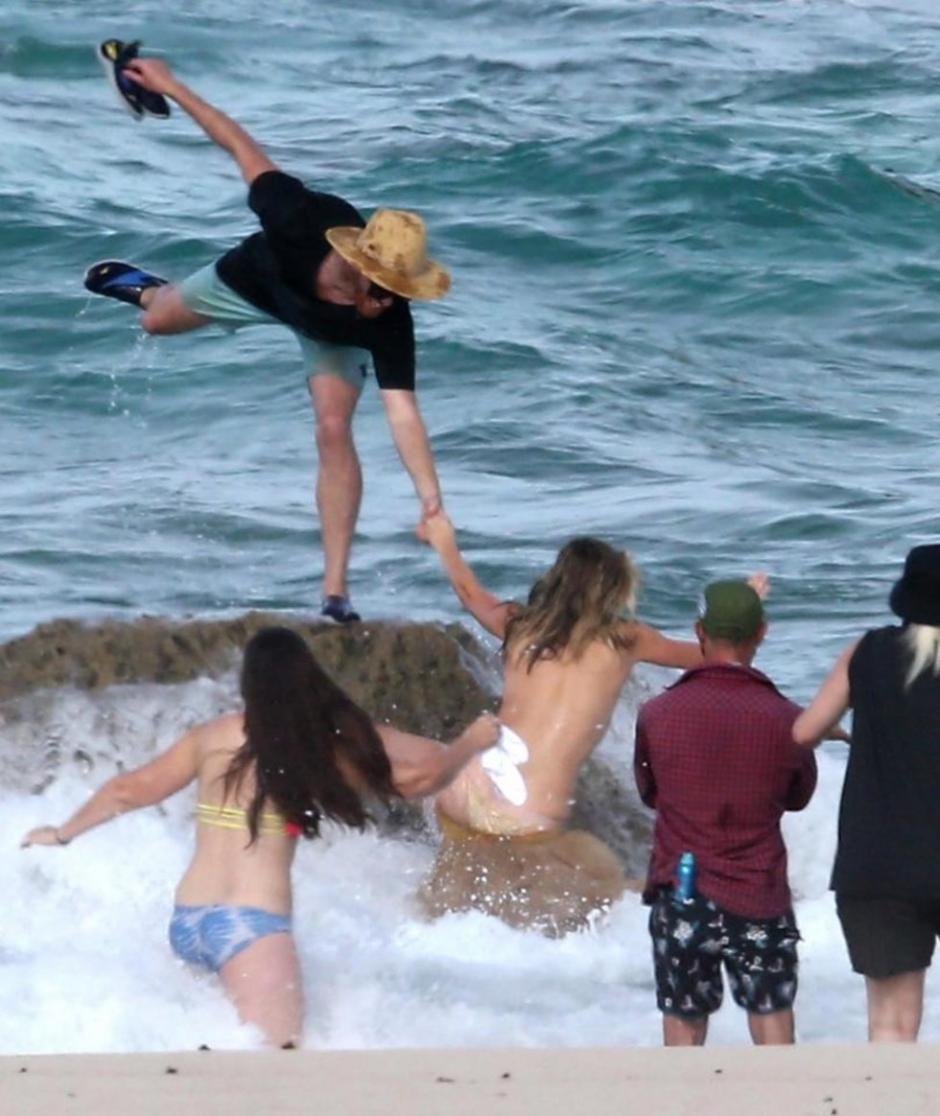 Mientras posaba en una sesión de fotos Kate Upton cae de una roca. (Foto: Sport Ilustrated)