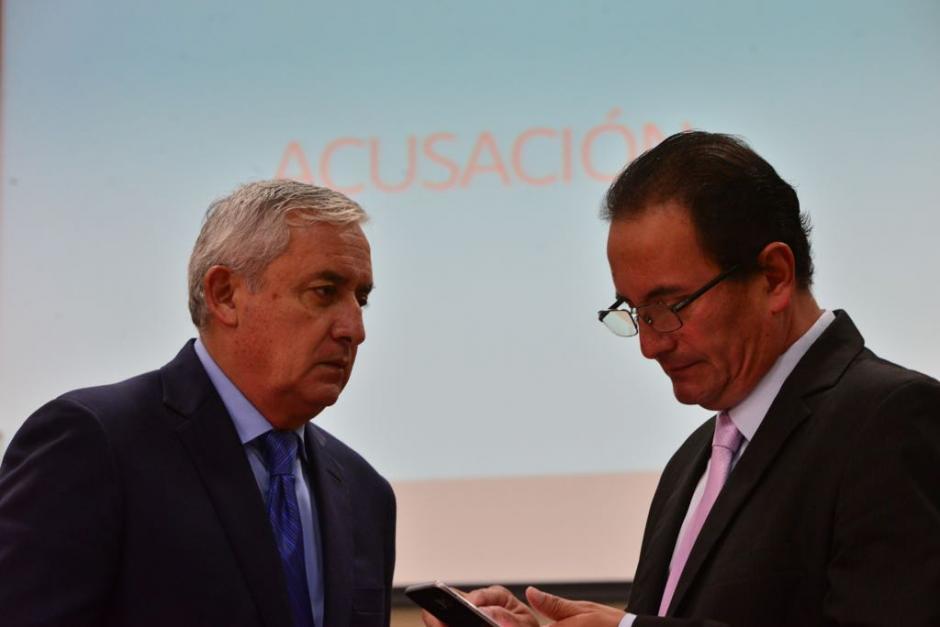 Otto Pérez Molina y uno de sus abogados defensores en un receso antes de tomar la palabra para defenderse. (Foto: Jesús Alfonso/Soy502)
