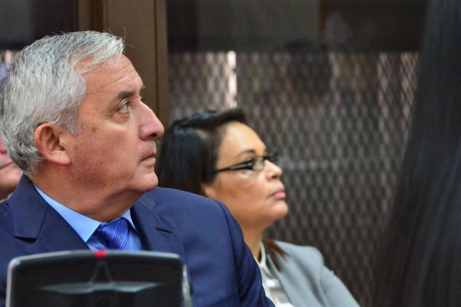 Otto Pérez Molina y Roxana Baldetti observan la presentación de César Calderón, el abogado del expresidente. (Foto: Jesús Alfonso/Soy502)