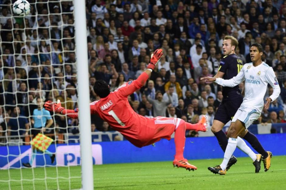 Un autgol de Varane adelantó al Tottenham en el Santiago Bernabéu. (Foto: AFP)