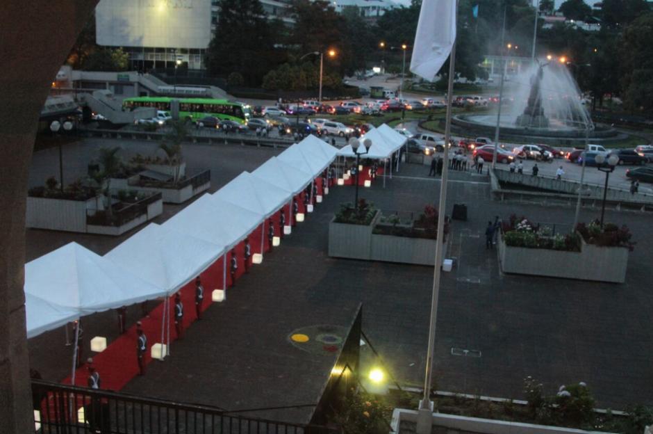 Los toldos y la alfombra roja llegaban desde la calle hasta el Palacio de Justicia. (Foto: Organismo Judicial)