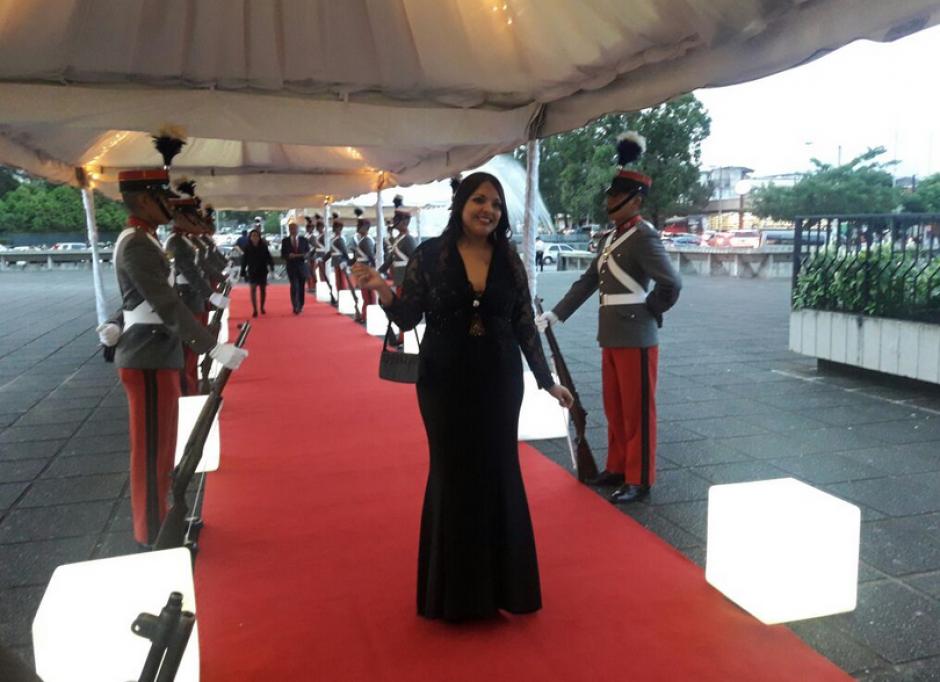 Es inusual que las asistentes a un acto oficial lleguen de vestido largo. (Foto: Organismo Judicial)
