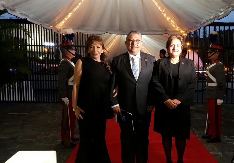 El magistrado José Pineda, nuevo Presidente de la Corte Suprema, llega a la ceremonia de toma de posesión con su esposa y la magistrada Silvia Valdés. (Foto: Organismo Judicial)