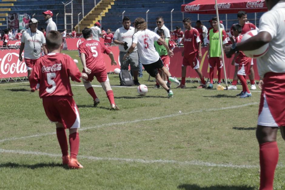 Carles Puyol jugó con varios adolescentes guatemaltecos. (Foto: Alejandro Balán/Soy502)
