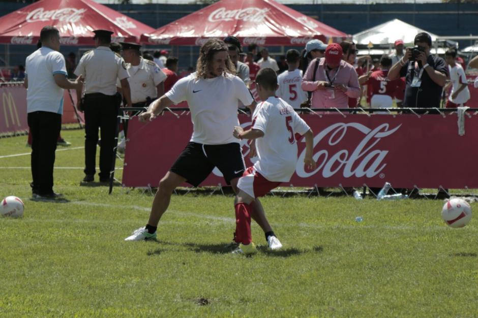 Carles Puyol compartió con jóvenes guatemaltecos. (Foto: Alejandro Balán/Soy502)