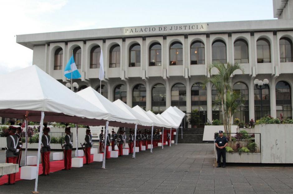 Así se veían los toldos y la alfombra roja frente a la Corte Suprema. (Foto: Organismo Judicial)