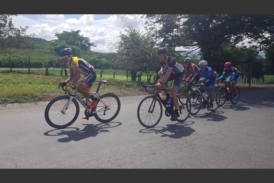El holandés Niels Van Der Pijl (al centro) ganó la primera etapa de la Vuelta a Guatemala 2017. (Foto: CDAG)