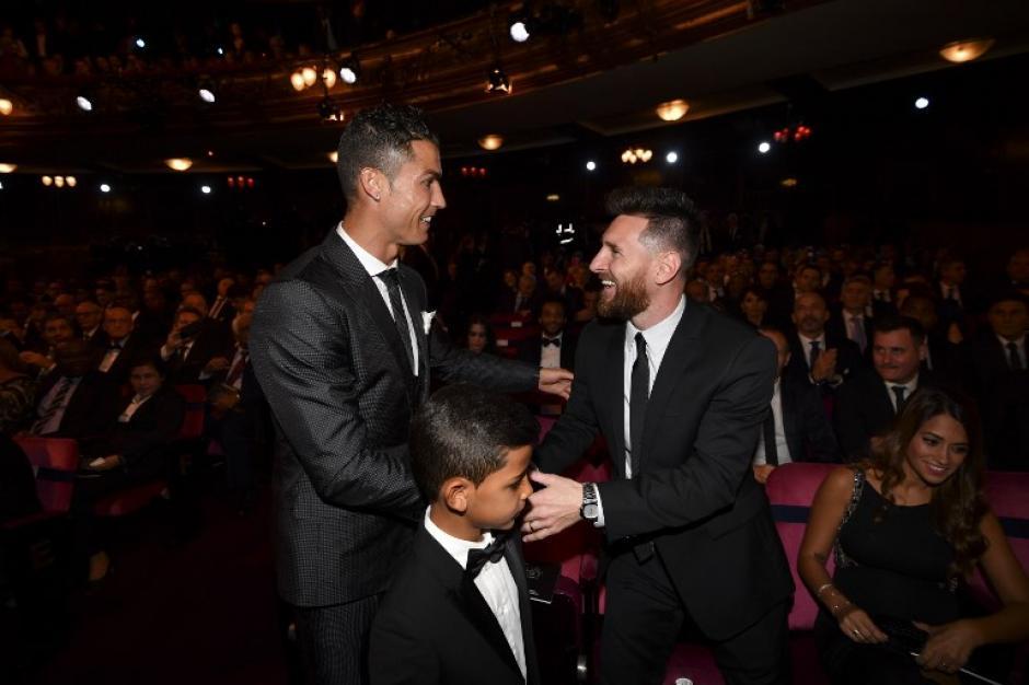 Así fue el cordial saludo entre Messi, Cristiano y Cristiano Jr. (Foto: AFP)