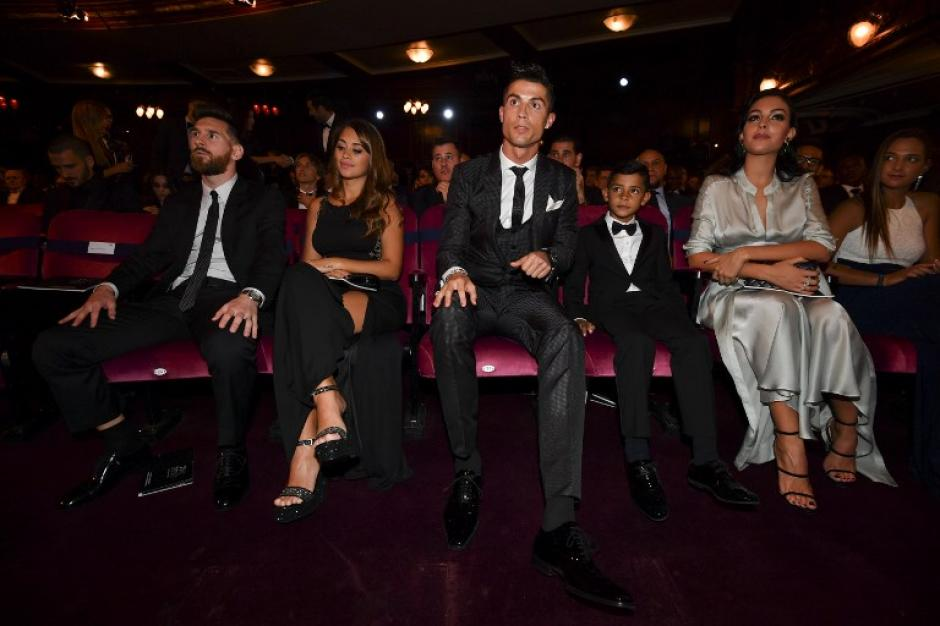 Lionel Messi y Cristiano Ronaldo juntos en la ceremonia del premio The Best. (Foto: AFP)