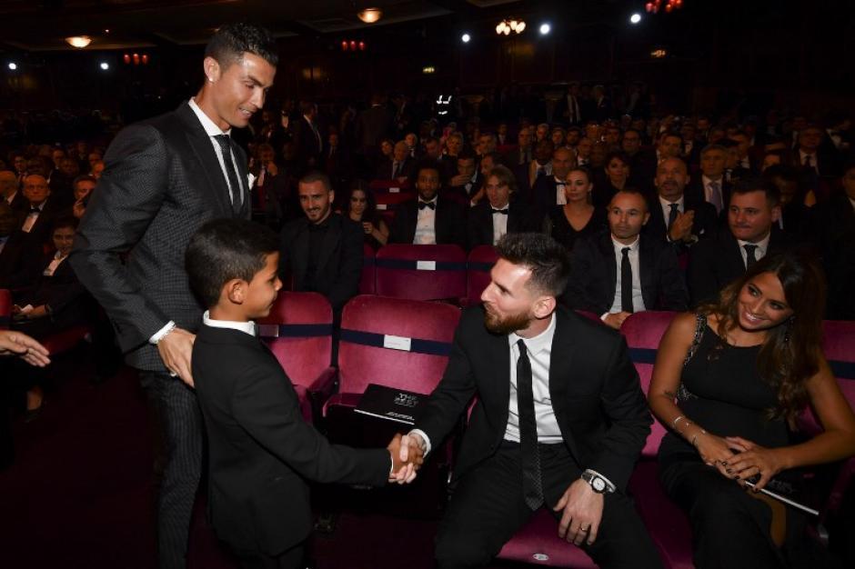 Así fue el saludo entre Lionel Messi y Cristiano Jr. (Foto: AFP)