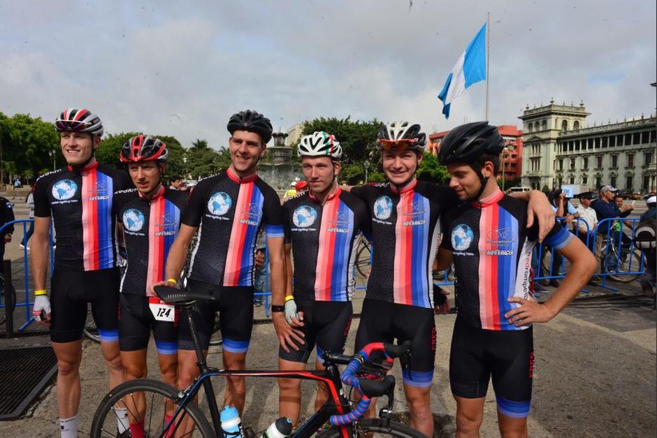 Los participantes de la Vuelta Ciclística a Guatemala se preparan para la primera etapa. (Foto: Jesús Alfonso/Soy502)
