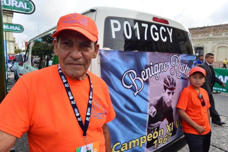 El ganador de la Vuelta Ciclística a Guatemala en 1967, Benigno Rustrián, durante el inicio de la primera etapa. (Foto: Jesús Alfonso/Soy502)
