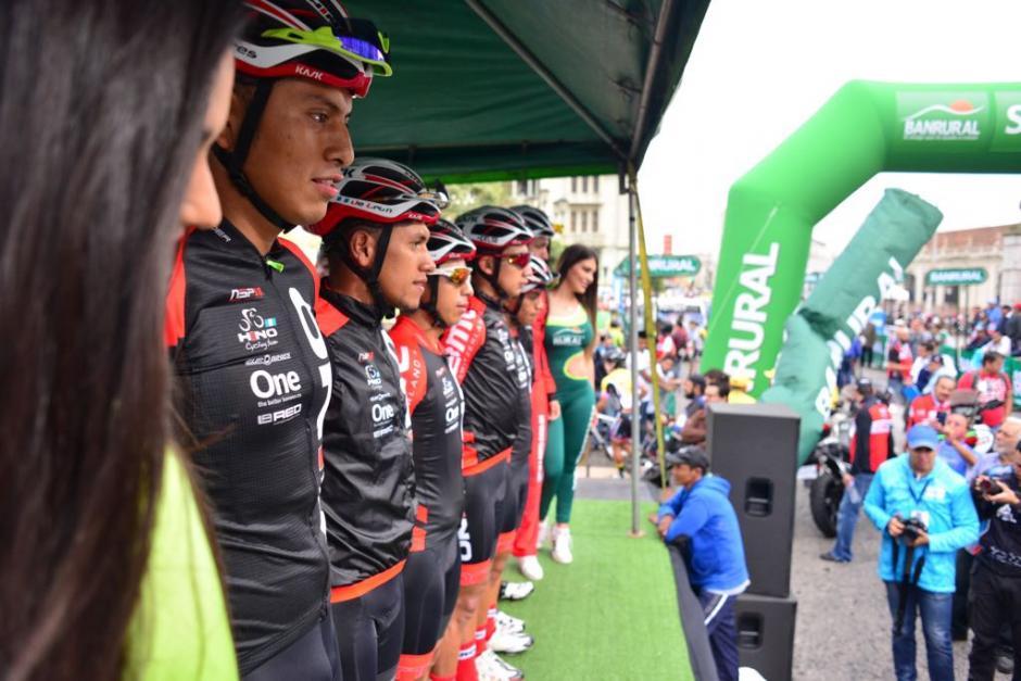 Los equipos de ciclistas posaron durante el inicio de la primera etapa. (Foto: Jesús Alfonso/Soy502)