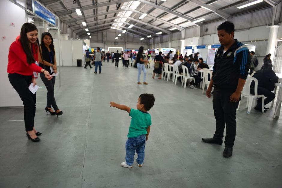 Algunos de los candidatos fueron acompañados por sus hijos.  (Foto: Jesús Alfonso/Soy502)
