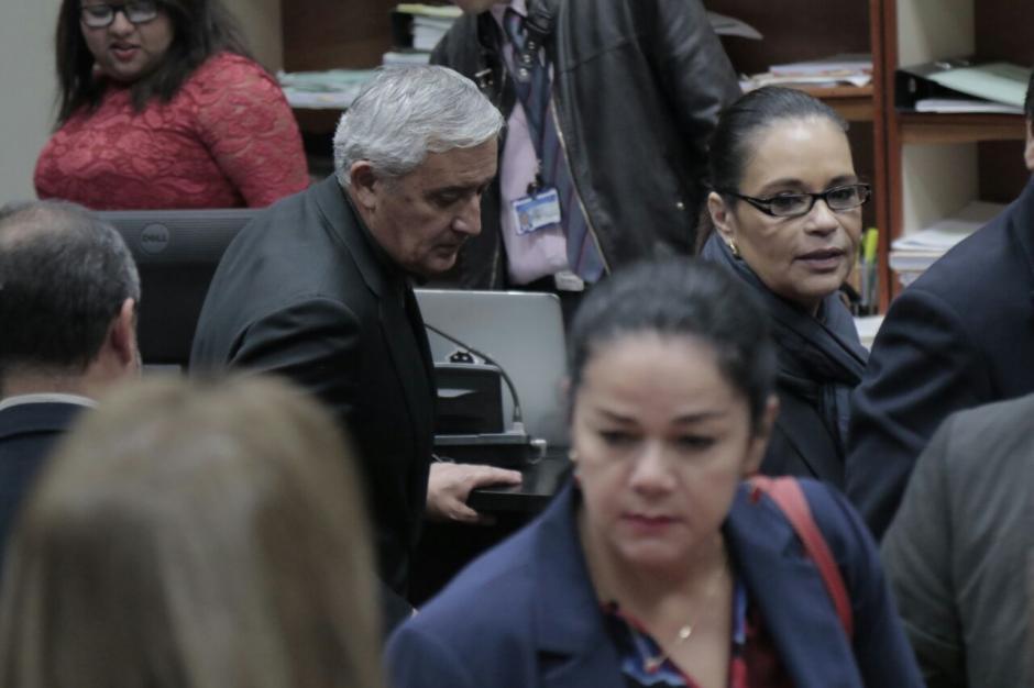 Otto Pérez y Roxana Baldetti salen de la sala de audiencias tras escuchar el fallo del juez. (Foto: Alejandro Balán/Soy502).