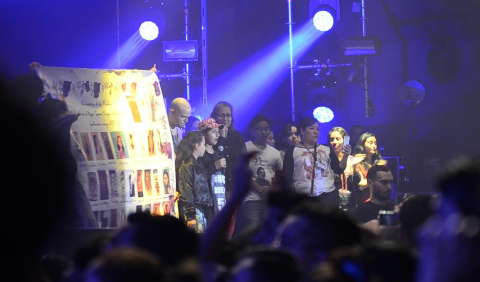 Una sobreviviente de la tragedia del Hogar Seguro clamó justicia durante el concierto de Residente. (Foto: Selene Mejía/Soy502)