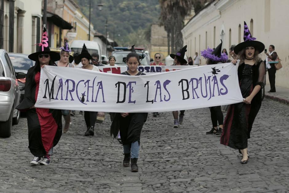 Mujeres se visten de brujas para exigir el cese del acoso sexual. (Foto: Alejandro Balán/Soy502)