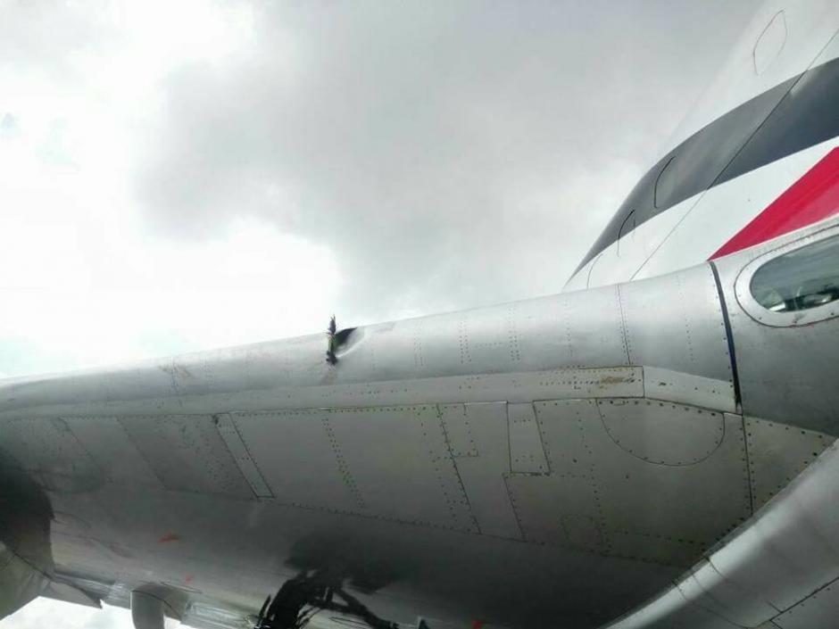 Al hacer una inspección, los técnicos notaron el golpe en el ala del avión. (Foto: Josue López/Aerotob Aviation Services)