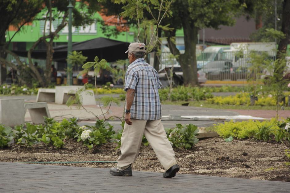 Los trabajadores agilizan los últimos detalles en la plaza. (Foto: Fredy Hernández/Soy502)