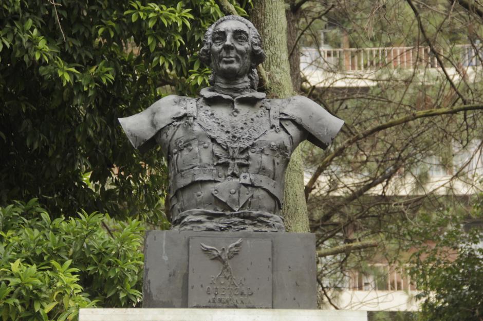 Un busto fue colocado cerca de las máquinas de ejercicios. (Foto: Fredy Hernández/Soy502)